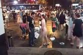 Cô gái cởi hết quần áo giữa phố vì bạn trai không mua iPhone 6S
