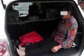 Con trai để mẹ già ngồi trong cốp xe gây phẫn nộ