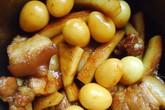 Thịt kho dừa trứng cút giản dị, đưa cơm
