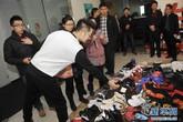 Mang giày hàng hiệu đi cầm đồ để có tiền cưới vợ