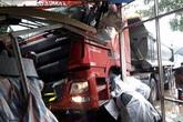Xe tải hạng nặng lao vào nhà dân, nhiều người thoát chết