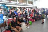 Hàng trăm hành khách bức xúc vì bị hoãn, hủy bay
