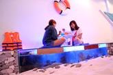 Quán cà phê cho khách ngồi trên bể cá ở Sài Gòn