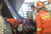 Nỗ lực giải cứu bé 3 tuổi mắc kẹt trong thang cuốn