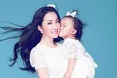 Con gái Linh Nga thắm thiết hôn mẹ