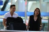 Kim Lý khệ nệ đẩy hành lý giúp Trương Ngọc Ánh
