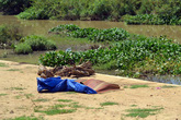 Đi bộ thăm người thân, cụ bà rơi xuống sông chết đuối thương tâm