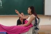 Giờ học lạ: Học sinh khóc, cười trên bục giảng