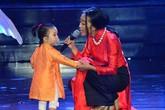 Con gái Đoan Trang ngậm ti giả lên sân khấu