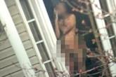Choáng, khỏa thân đứng trước cửa nhà 10 năm