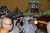 Dòng người tiễn đưa linh cữu GS Trần Văn Khê về nơi an nghỉ cuối cùng