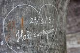 Xấu hổ với kiểu viết, vẽ bậy lên tháp Hòa Phong của nhiều bạn trẻ