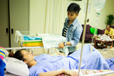 Phan Hiển tận tình chăm sóc Khánh Thi và con trai