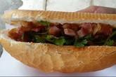 Lạ miệng với bánh mỳ heo quay ở Sài Gòn