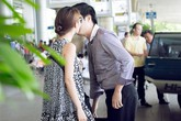 Diễm My 9X hôn bạn trai nồng cháy giữa sân bay Tân Sơn Nhất