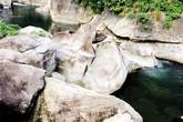 Xôn xao chuyện người khổng lồ để dấu chân trên đá