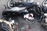 Thoát chết dưới gầm xe tải, nam thanh niên bỏ luôn xe máy lại hiện trường