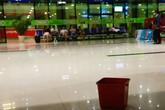 Hứng nước mưa ở sân bay, bắt rắn trong mưa ngập Sài Gòn