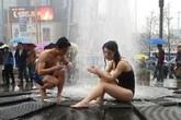 Choáng với cặp đôi thản nhiên tắm giữa đường phố