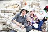 Trang Trần làm từ thiện cứu trợ dân vùng lũ dù bụng bầu 6 tháng