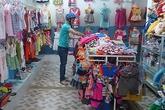 Nhiều chủ cửa hàng bỗng dưng đưa hết tiền cho khách