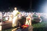 Ca sĩ kể chuyện hát trong đêm khuya giữa hàng nghìn ngôi mộ liệt sỹ