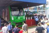 Người dân ùn ùn đi xem tàu mẫu đường sắt trên cao Cát Linh – Hà Đông
