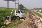 Tàu hỏa đâm ô tô, 2 người thoát nạn trong gang tấc