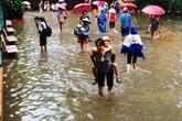 Mưa lớn ở Hà Nội: Học sinh xắn quần học vì nước tràn vào lớp