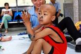 Vòng tay nhân ái (MS 148): Ứa nước mắt cảnh bố trẻ chăm các con ung thư, bại não