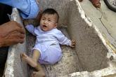 Bé gái 7 tháng tuổi bị bỏ rơi ngoài đường