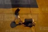 Quỳ gối cầu xin, chàng trai vẫn bị bạn gái đấm dã man giữa đường