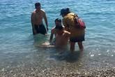 Ca sĩ Trung Quân cứu cậu bé Trung Quốc đuối nước trên biển