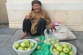 Cụ già 89 tuổi bán ổi và sự thật thà khiến nhiều người thẹn thùng