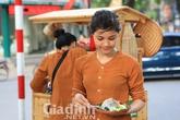 Hai thiếu nữ Hà Nội đẹp ngọc ngà bán bánh giò góc vườn hoa Pasteur