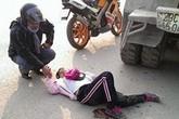 """Bức ảnh """"biker nắm tay cô gái bị tai nạn"""" gây xúc động mạnh"""