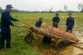 """Phát hiện quả bom """"khủng"""" nặng gần 1 tấn ở ruộng lúa"""