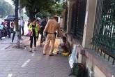 Cảm động hình ảnh cảnh sát giao thông tặng bánh mì cho người lang thang