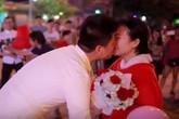 Cô gái mặc đồ thú bông, nhảy flashmob cầu hôn bạn trai