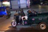 Bố say bí tỉ, con trai 7 tuổi phải đưa về bằng xe ba gác máy
