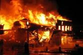 Tưới xăng đốt phòng trọ rồi vung dao chém người dập lửa