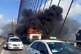 Đầu xe container cháy ngùn ngụt trên cầu Bài Cháy