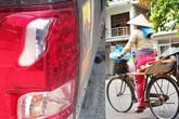 Chị ve chai làm bể đèn ô tô giá 5,3 triệu, tài xế không nhận tiền bồi thường