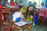 Cô giáo của cậu bé viết bằng chân