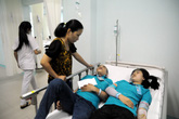 Hơn 100 công nhân nhập viện sau khi dùng cơm chiều