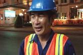 Anh công nhân vệ sinh trả lại hơn 1.000 USD nhặt được