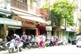 Xếp hàng mua bánh Trung thu tại Hà Nội: Có cả xếp hàng thuê lấy tiền!