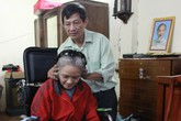 Người chồng 22 năm không dám ốm vì chăm vợ bại liệt