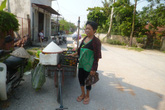 Người phụ nữ hơn 10 năm liệt giường bỗng dưng đi lại đẩy hoa quả bán rong