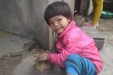 Rơi nước mắt bé 5 tuổi câm điếc, bị động kinh lăn lóc trên nền đất